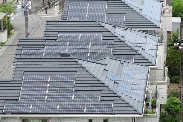 寄棟屋根の太陽光パネル